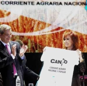 Julián Domínguez junto a la presidente Cristina Fernández en el Luna Park.