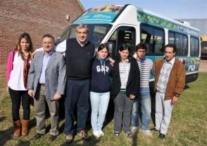 Clara Patronelli, Intendente Gelene, Julián Domínguez y Alumnos de la Escuela Agraria de Las Flores.