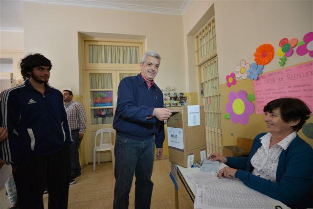 Julián Domínguez votando a las horas 11.45 en la escuela Nº 3
