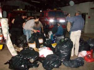 Algunos integrantes del Cuerpo Activo de Bomberos Voluntarios recpcionando lo donado.