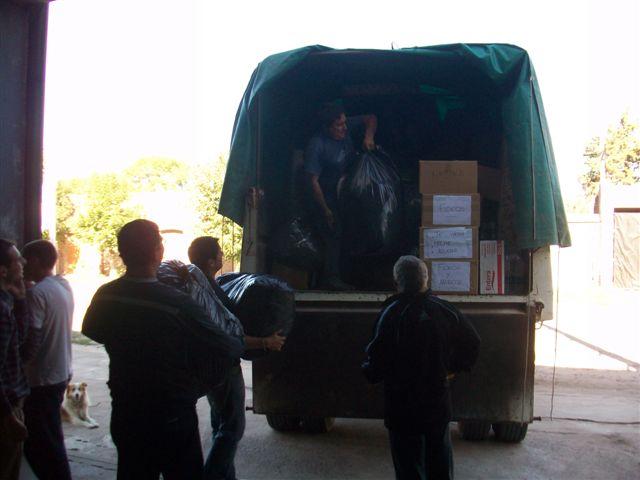Bomberos de Rawson cargando el camión con donaciones.