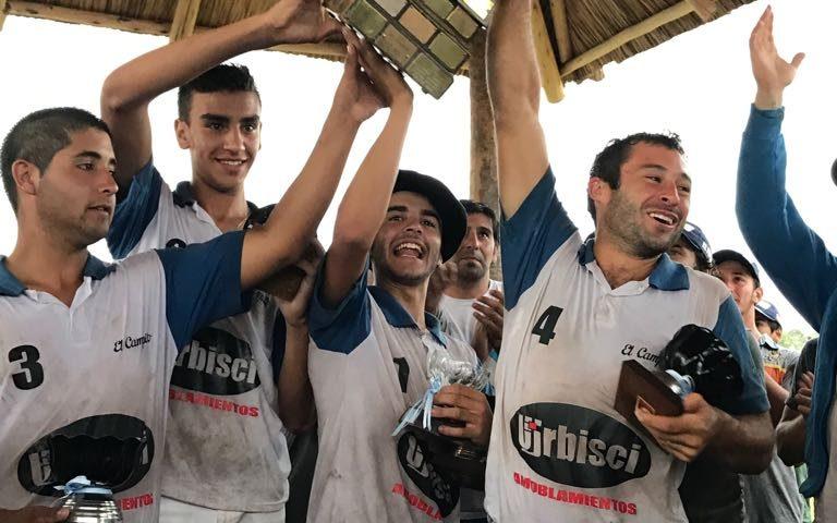 """Integrantes de """"El Fogón-El Campito"""" levantando la Copa."""