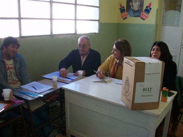15.8.11- Autoridades y fiscales de la Mesa 0112 ubicada en la Escuela Nº 11, Primarias 2011.