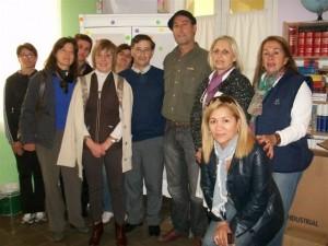 La Directora de la Escuela Nº 11 recibiendo la donación por parte de la Asociación Civil del Personal Superior y de Supervisión del Banco de la Provincia de Buenos Aires y acompañada por miembros de Cooperadora.