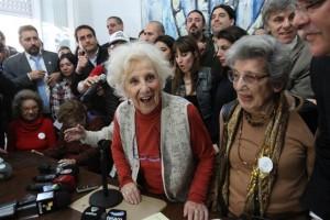 La alegría de Estela de Carlotto. Tras una búsqueda de 36 años, logró dar con su nieto.