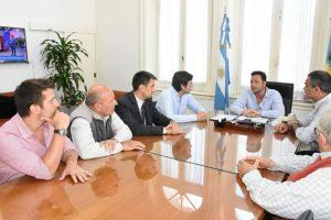 Aiola reunido con miembros de  Comisión Directiva de Bomberos Voluntarios.