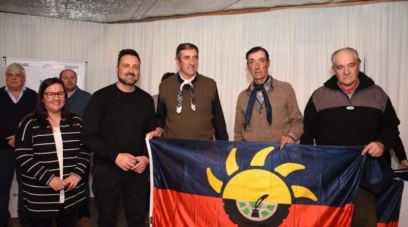Centro Tradicionalista de Rawson recibe la bandera del Partido