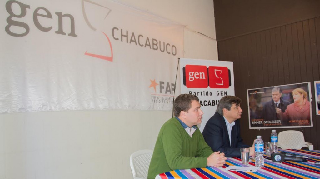 15/En la mañana de hoy, visitó Chacabuco, el Intendente de Rivadavia y pre candidato  a gobernador por GEN/UNEN, Sergio Buil. En la imagen se lo puede ver con el concejal Maximiliano Felice, durante la conferencia de prensa efectuada en el local del GEN Chacabuco sito en R. E. San Martin 109.