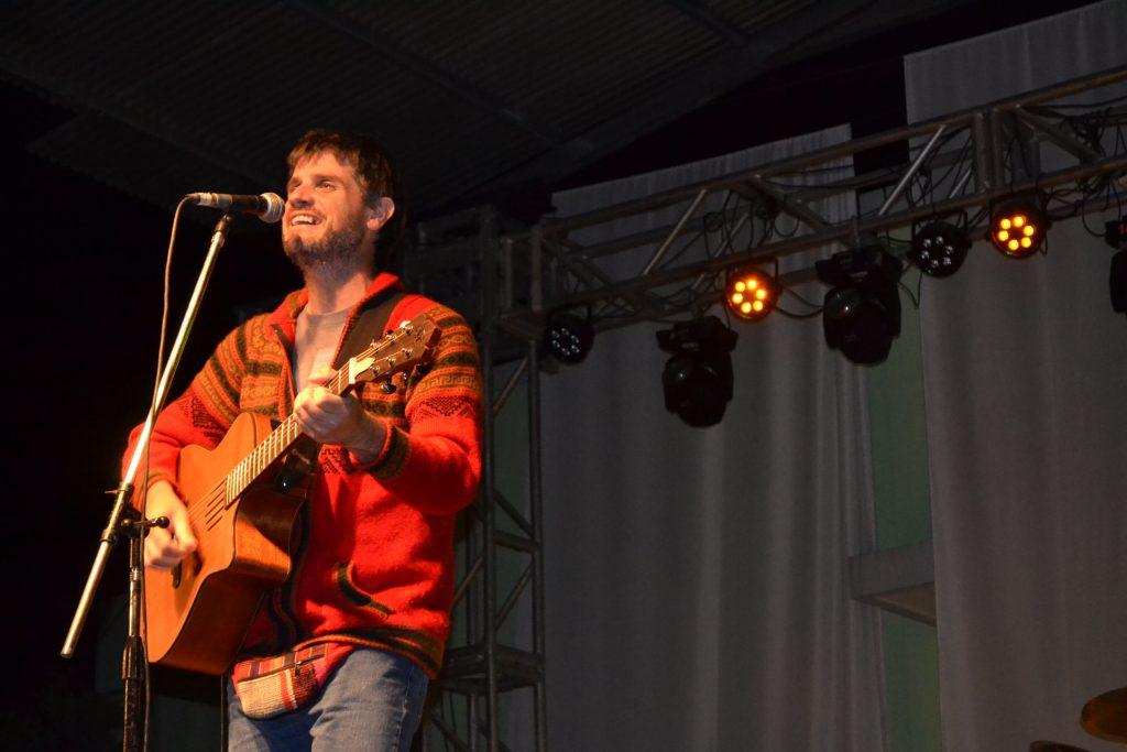 """Christian Fagan, interpretando """"Canción de Fiesta""""."""