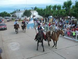 Centro Tradicionalista El Ceibo de Rawson abriendo el desfile criollo.