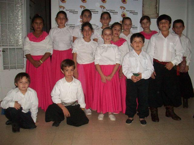 Taller de Folklore a de Niños de la Escuela de Actividades Culturales a cargo de los profesores María Burgos y Damián Granados.