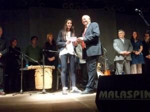 La atleta local Irina Rodríguez recibe reconocimiento y aporte de 5 mil pesos.