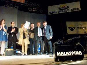 Andrés Verde entrega a Gustavo Millán el decreto del Concejo Deliberante de Chacabuco en la que declara de interés municipal, cultural y legislativo la fiesta de Rawson.