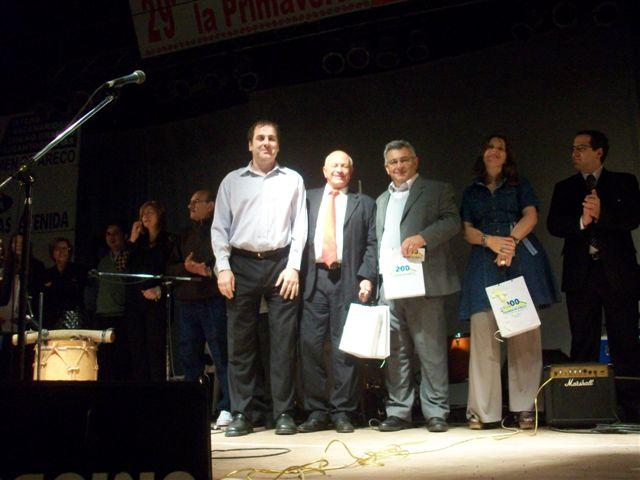 Concejal Spala entrega a las autoridades un presente del Municipio de Carmen de Areco.