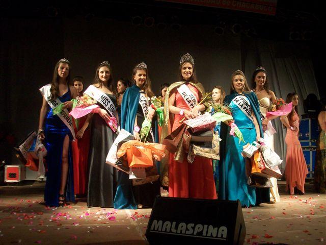 La nueva soberana, Abigail Sánchez rodeada de sus Princesas, Miss Elegancia, Miss Simpatía y Mejor Compañera.
