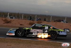 El piloto de Chacabuco Julio Francischetti con su Chevrolet.