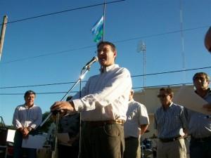 El Intendente Darío Golía dirigiéndose a los vecinos de Castilla en el escenario montado frente a la Delegación Municipal.