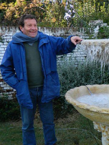 Luís Vivas sobre la fuente congelada.