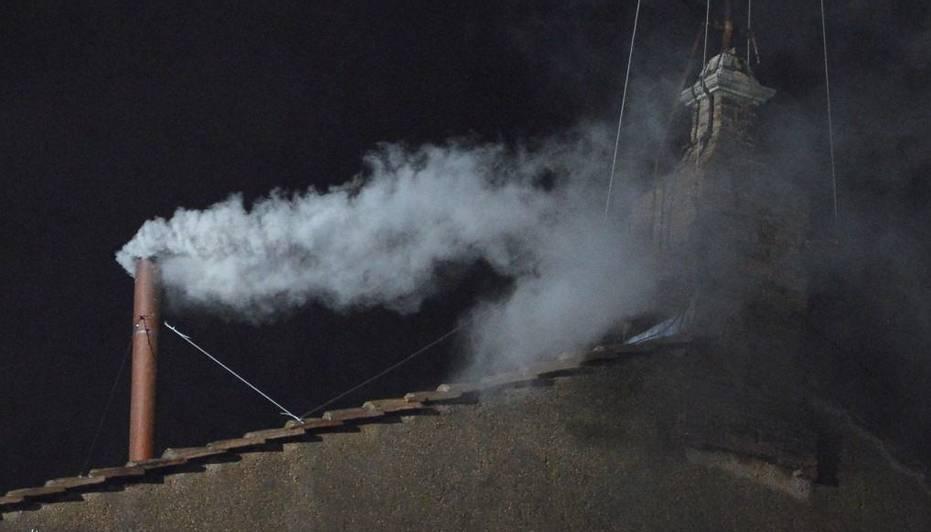 13/3/13- El humo de la tercera fumata en la chimenea fue blanco. Así, los cardenales presentes en la Capilla Sictina le comunicaron al mundo que ya eligieron al sucesor de Benedicto XVI. El nombre se conocerá en en breve.