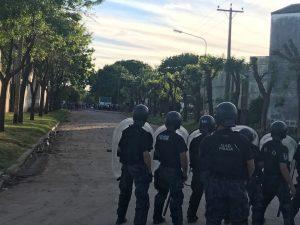 Efectivos policiales en retirada por agresión de los hinchas de San Martín.