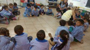 Los nenes durante la nota con Mónica del Castillo.