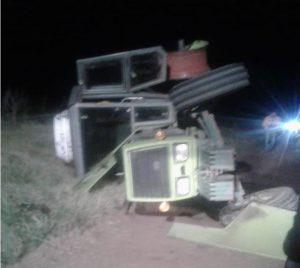 El tractor terminó volcado.
