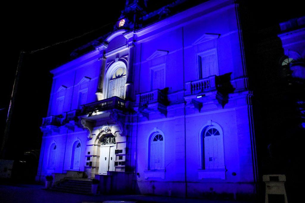 19/6/18- Desde la noche de hoy, las luces que iluminan la fachada de la Municipalidad forman la bandera argentina con sus colores celeste y blanco, dedicada a la insignia patria en su día y a la conmemoración de su creador, Manuel Belgrano.