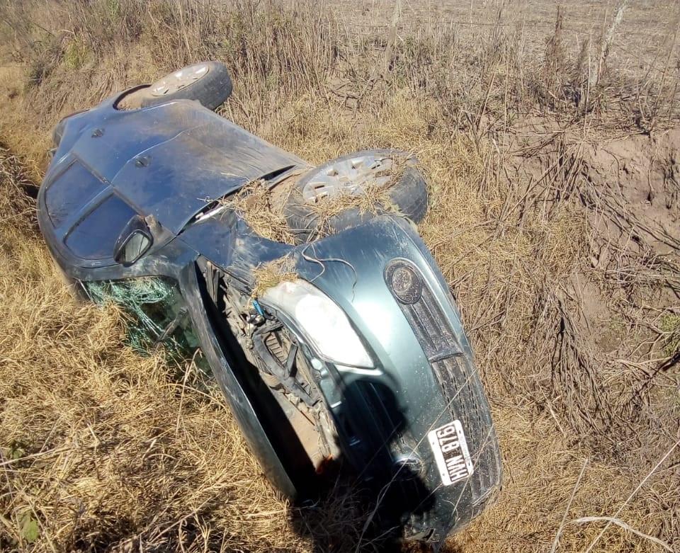 Imagen del auto volcado