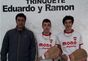 El profesor, Kevin Ceballos junto a los pelotaris, Valentín Baquero y Luciano Frechero.