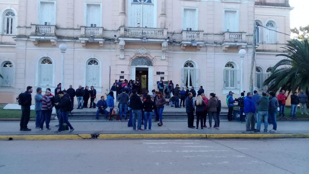 Trabajadores municipales de ATE concentrados frente al Palacio Municipal