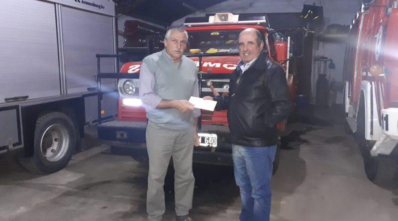 Papini entrega a Sarmiento su premio semanal.