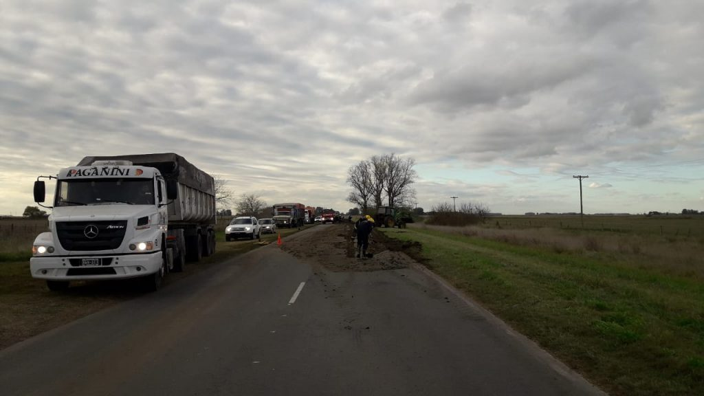 Imagen dónde un camión perdió parte del guano que transportaba