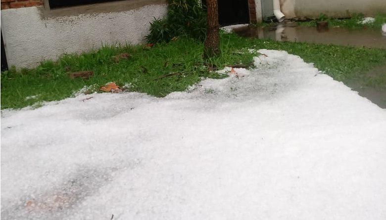 Imagen del granizo en Rawson sobre calle Pueyrredón. Foto gentileza: Marcelo Juanola.