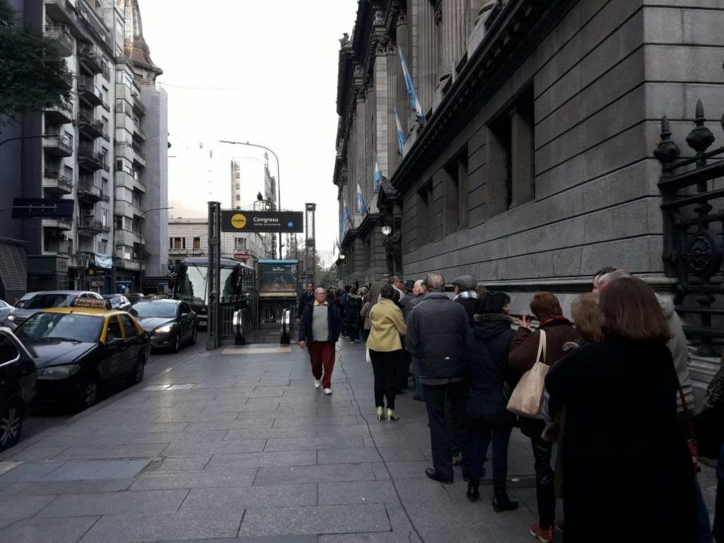 La gente esperando su lugar para darle el último adios a De La Rúa en el Congreso de la Nación