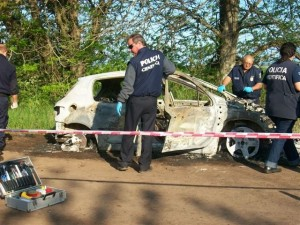 Miembros de la Policía Científica de Luján realizando las pericias en el Peugeot 307 de Herszman.
