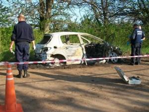 Otra imagen del automóvil destruido por las llamas, en su interior su conductor murió carbonizado.