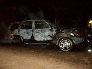 Las llamas destruyeron la camioneta sin ocupantes.