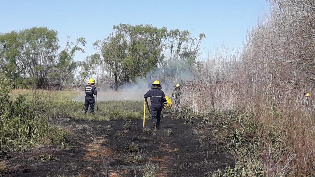 Bomberos de Rawson sofocando el fuego