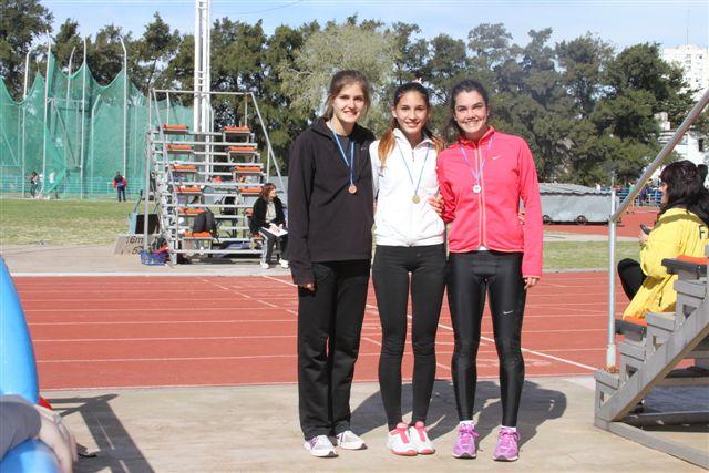 10.8.13- Irina Rodríguez, representante del Club Sarmiento, ganó hoy en 100 metros libres damas en el CeNARD, en una nueva prueba del Torneo Metropolitano, competencia que acerca aún más a la atleta de Rawson a representar al país en los Juegos Sudamericanos de la Juventud (ODESUR) a desarrollarse desde el 18 al 29 de setiembre del año en curso, en distintos escenarios de Lima y El Callao, Perú. El segundo lugar lo ocupó María Delfina Lobbosco y tercera quedó Fiorella Chiappe Madsen.