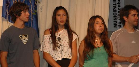 Irina Rodríguez, segunda desde la izquierda, antes de recibir el premio como la Mejor Deportista del Año a Nivel Nacional en Chacabuco.