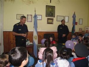 Visita del Jardín Nº 907 a la Comisaría de Chacabuco.