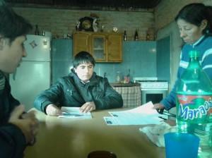 Integrantes de la Juventud GEN con vecinos de Cucha Cucha.
