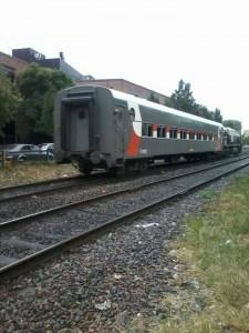 La locomotora 9063 y un coche en la prueba llevada a cabo ayer.