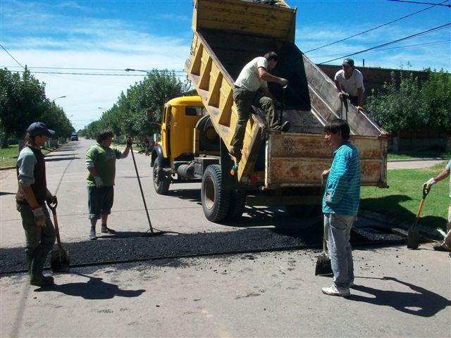 Momento en que están colocando el lomo de burro en avenida Perón e Ituzaingo.