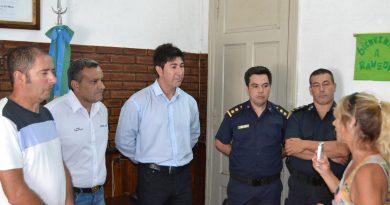 Autoridades del municipio y policiales durante la entrevista