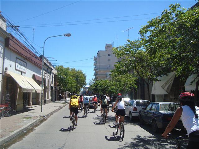 Los ciclistas por las calles de Luján.