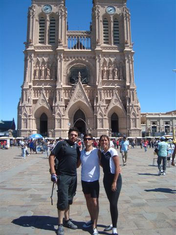 Pablo, Joaquín y Leticia. De fondo la Basílica de Luján.