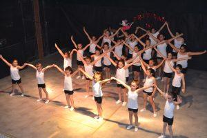Las alumnas sobre el escenario.