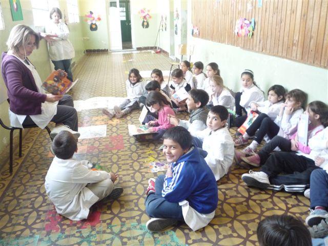 Las docentes junto a los alumnos en Maratón Nacional de Lectura.