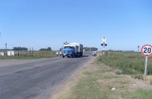 Otra imagen de los docentes reclamando en Ruta Provincial 51 y Acceso a Rawson.
